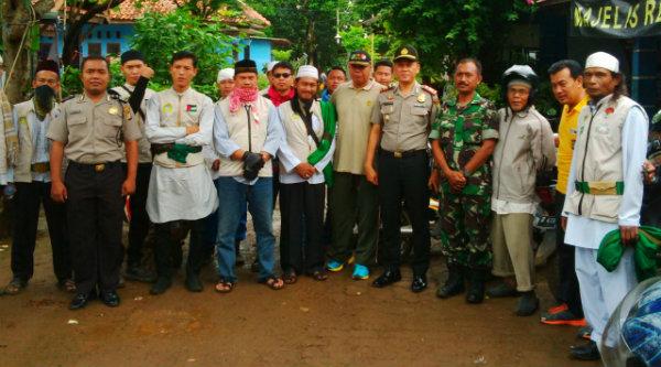 Kapolsek Setu AKP Agus Rohmat melepas FMBS pimpinan Ustadz Sopwan dan Ustadz Nanang Seno sebelum bergerak ke Jakarta menuntut penistaan yang dilakukan Ahok.[IDH]