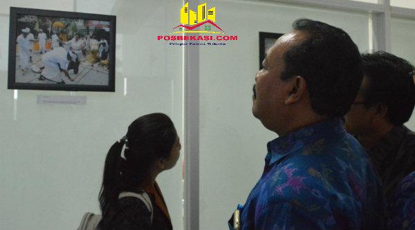 Rombongan Wakil Bupati Klungkung Bali I Made Kasta melihat foto budaya Bali yang di pajang di dinding gedung Humas Pemko Bekasi saat kunjungan kerja ke Pemko Bekasi, Jumat 28 Oktober 2016.[ISH]