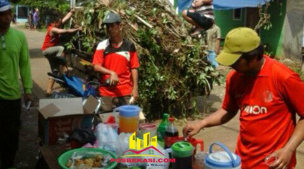 Suasan kebersamaan dalam duka banjir, selepas gotong royong menikmati makan yang disediakan ibu-ibu warga GMM.[RAD]