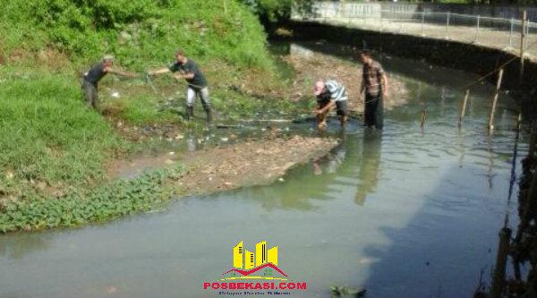 Warga GMM membersihkan saluran air, Minggu 30 Oktober 2016.[RAD]