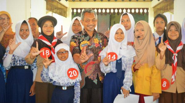 Wakil Walikota Bekasi H Ahmad Syaikhu bersama anak-anak pada peringatan Hari Anak Membaca 2016.[ISH]
