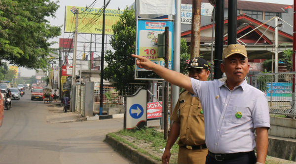 Walikota Bekasi Rahmat Effendi saat memantau untuk pelebaran Jalan Jatiasih.[IST]