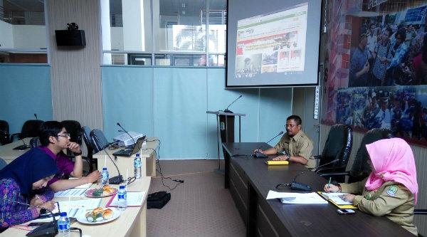 Kabag Humas Pemko Bekasi, Mhd Jufri saat menerima Tim Monev KI Jabar.[ISH]
