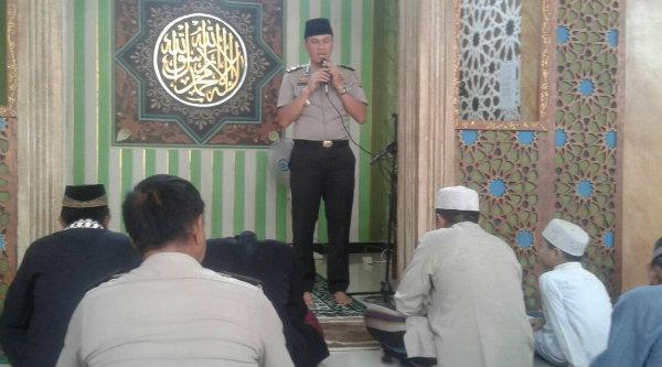 Kapolsek Setu AKP Agus Rohmat sampaikan pesan Kamtibmas sebelum pelaksanaan Shalat Jumat di Masjid Al Khariyah Kampung Lubang Buaya, RT03/RW01, Jumat 7 Oktober 2016.[HSB]