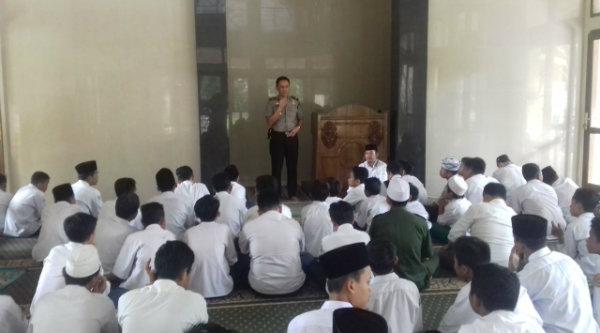 Kapolsek Setu AKP Agus Rohmat menyampaikan pesan Kamtibmas ada pelajar MTs Mifthahul Ulum di Masjid Jami Al-Istiqomah, Senin 24 Oktober 2016.[HSB]
