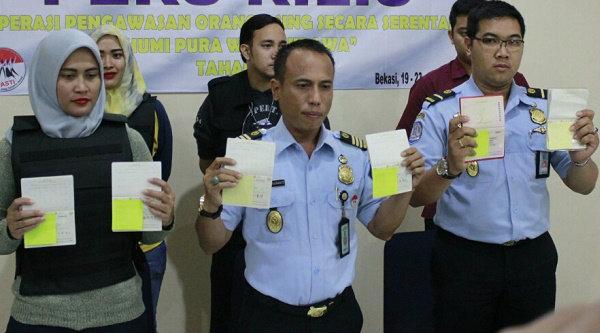 Kepala Kantor Imigrasi Kelas II Bekasi, Is Edy Ekoputranto saat memeprlihatn dokumen WNA yang bermasalah.[IST]