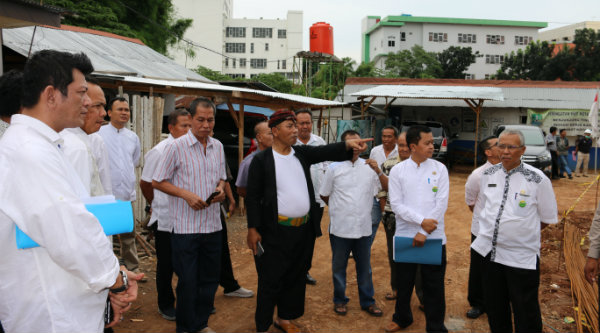 Walikota Bekasi, Rahmat Effendi, saat meninjau perluasan lahan parkir dan pembagunan  gedung RSUD Kota Bekasi.[ISH]