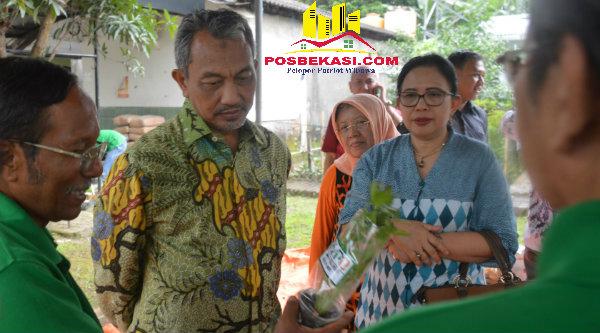 "Wakil Walikota Bekasi H Ahmad Syaikhu meapresiasi hasil kebun organik ""Dahlia Senja"", Sabtu, 15 Oktober 2016.[BEN]"