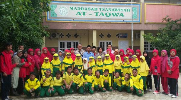 Kanit Binmas, Kanit Intelkam Kanit Provost dan Ketua Yayasan serta para elajar MTs At. Taqwa Desa Lubang Buaya, Setu, Kabupaten Bekasi.[HSB]