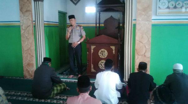 Kapolsek Setu AKP Agus Rohmat melakukan agenda Positif  di Masjid Jami Al Hikmah, Kampung Rawa Atug RT02/06, Desa Cibening, Kecamatan Setu, Jumat 14 Oktober 2016.[MET]
