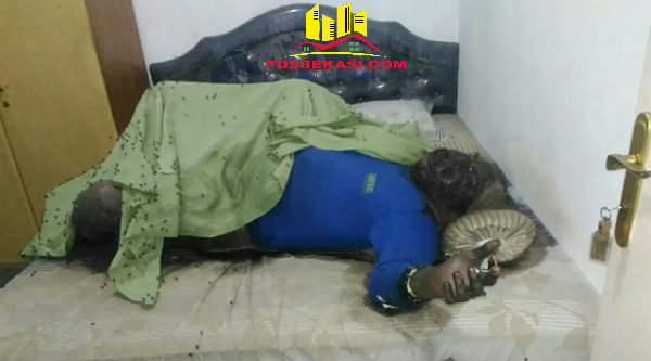 Jenazah Edward Sihombing, warga RT01/13 Perumahan Bekasi Timur Regensi (BTR), Kelurahan Cimuning, Kota Bekasi, ditemukan sudah membusuk.[RAD]