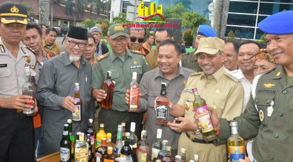 Wakil Walikota Bekasi H Ahmad Syaikhu bersama unsur Muspida Kota Bekasi sebelum melakukan pemusnahan ribuan botol miras di Plasa Pemko Bekasi, 4 Oktober 2016.[ISH]