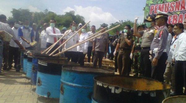 Kapolres Metro Bekasi, Kombes Pol M Awal Chairuddin musnahkan ganja sebanyak 262,5 kg, Rabu 26 Oktober 2016.[BEN]