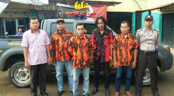 Kanit Intelkam Aiptu Suroso bersama OKP dari massa paslon yang akan berangkat menuju Cikarang untuk menghadiri pencabutan nomor lima paslon Pilkda Kabupaten Bekasi.[IMA]