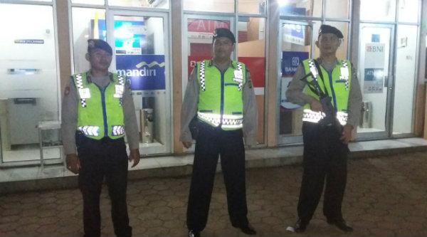 Petugas Patroli Polsek Setu saat menyambangi tempat ATM.[IDH]