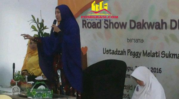 Ustadzah Peggy Melati Sukma saat memberikan ceramah pada acara Road Show Dakwah Majelis Taklim Masjid Al Madinah, Cluster Tirtayasa, Perumahan Grand Residence, Desa Cijengkol, Setu, Minggu 23 Oktober 2016.[SUB]