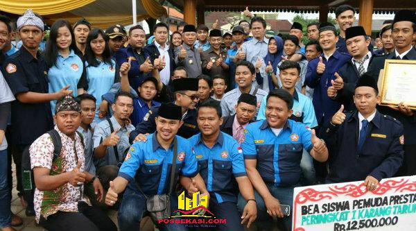 Walikota Bekasi Rahmat Effendi dan Wakil Walikota Bekasi Ahmad Syaikhu bersama para pemuda yang mendapat penghargaan pada acara Hari Sumpah Pemuda di Alun-Alun Kota Bekasi, Jumat 28 Oktober 2016.[BEN]