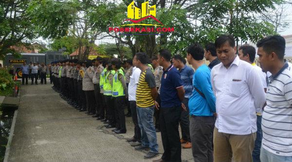 Aparat kepolisian saat mengamankan jalannya rapat pleno KPU Kabupaten Bekasi untuk menetapkan paslon Bupati Bekasi, Senin 24 Oktober 2016.[BEN]