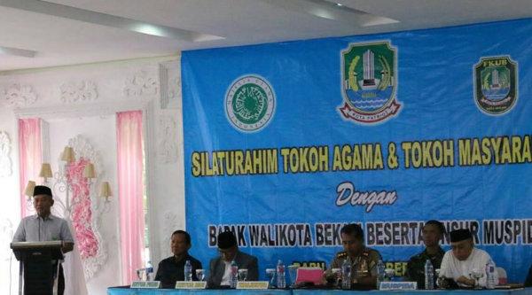 Walikota Bekasi Rahmat Effendi saat menghadiri silaturahmi dengan tokoh masyarakat dan agama di Griya Wulan Sari, Rabu 26 Oktober 2016.[ZAI]