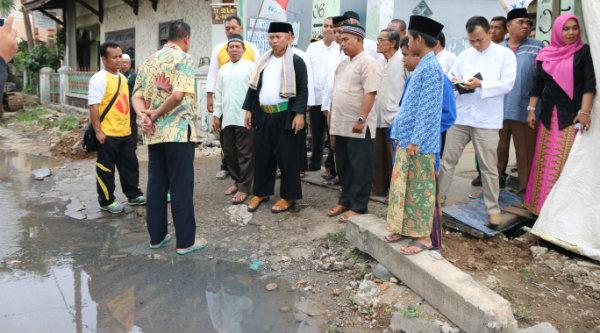 Walikota Bekasi Rahmat Effendi saat meninjau Jalan Pulau Jawa, Perumnas III, yang kerap banjir meminta dilakukan pengulangan planning perbaikan saluran.[ISH]