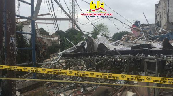 Bangunan Pizza PHD yang hancur dipasangi garis policeline.[IST]