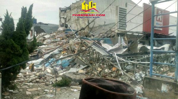 Bangunan Pizza PHD hancur.[IST]