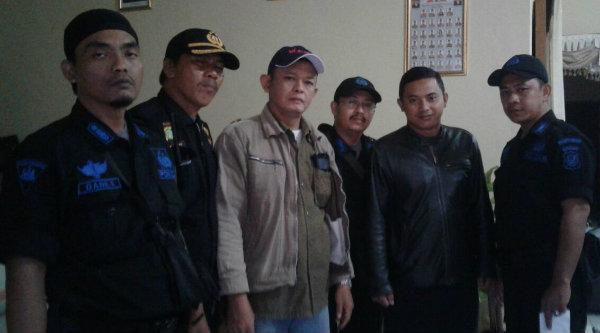 Kades Lubang Buaya Setu, Bosih Awaludin, bersama Ketua Pokdar Kamtibmas Polsek Metro Setu, Riky dan para anggota Pokdar sebelum menuju Garut.[IDH]