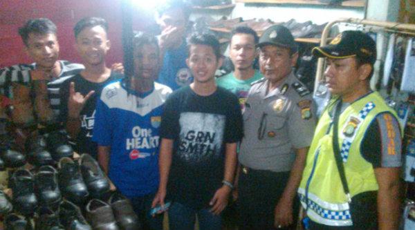 Kasi Humas Polsek Setu Aiptu Parjiman dan Ketua Pokdar Kamtibmas Riky bersama suporter Persib dari wilayah Setu.[IDH]