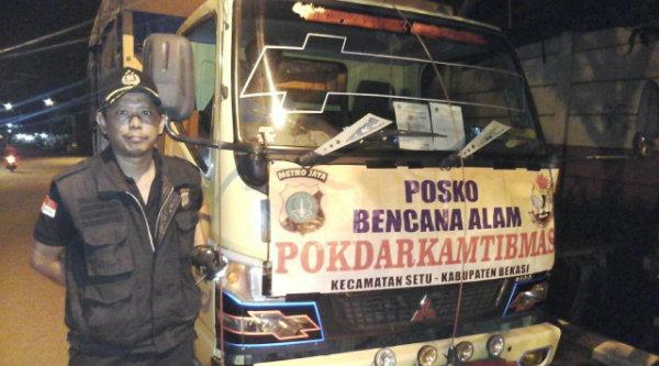 Anggota Pokdar Kamtibmas Polsek Metro Setu mengawal truk berisi bantuan warga Kota dan Kabupaten Bekasi untuk korban bencara banjir dan longsor di Garut.[IDH]