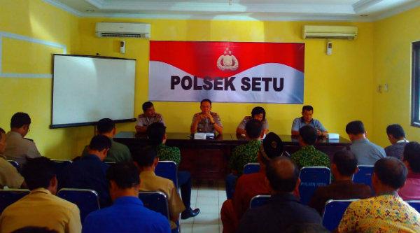 Polsek Setu dan masyarakat Desa Cibening satukan persepsi dengan masyarakat Desa Cibening dalam menjaga Kamtibmas.[HSB]