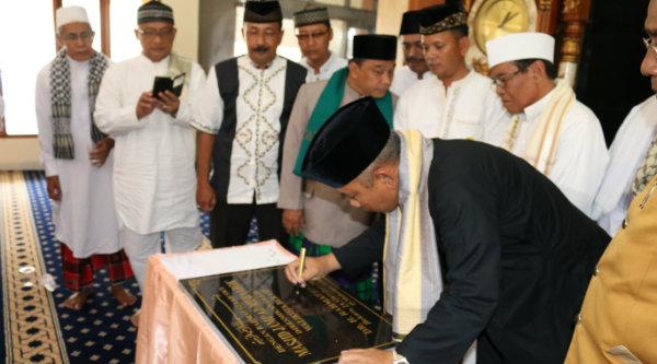 Walikota Bekasi, Rahmat Effendi melaukan penandatanganan prasasti tanda diresmikannya pemugaran Masjid Jami Al-Mubarok Perumnas III, Jumat 14 Oktober 2016.[ISH]