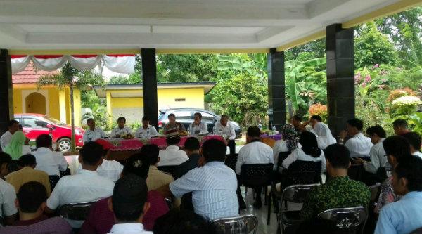 Rapat Minggon Tiga Pilar Kecamatan Setu di Pendopo Kantor Desa Cibening, Rabu 19 Oktober 2016.[RAD]