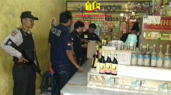 Polisi saat melakukan razia miras di toko jamu.[ZAI]
