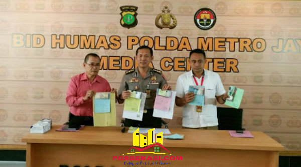 Kabid Humas Polda Metro Jaya, Kombes Awi Setiyono, memperlihatkan sejumlah barang bukti pungli tiga polisi yang ditangkap Paminal.[BEN]