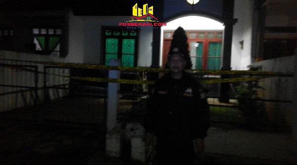 Ketua RW 13, Purnomo, dengan latar belakang rumah korban Edward Sihombing, telah diberi garis police line oleh aparat kepolisian Polsek Metro Bantar Gebang.[RAD]