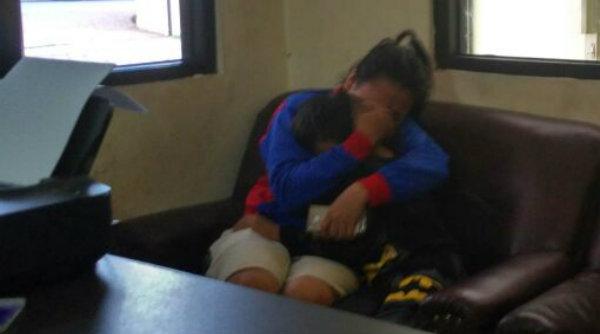 Dian Dwi Yulianti mennagis memeluk M Ryan Malik Ramadhan setelah bertemu kembali di Mapolsek Metro Setu, Minggu 2 Oktober 2016.[RAD]