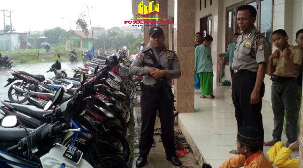 Tampak aparat kepolisian dari Polsek Setu berjaga di SMAN 1 Setu yang menjadi tempat parkir kenderaan warga GMM yang mengalami banjir.[IMA]