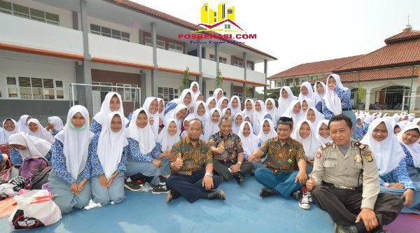 Wakil Walikota Bekasi H Ahmad Syaikhu bersama para pelajar SMAN 15 Kota Bekasi.[SUB]