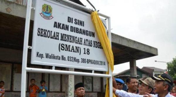 Walikota Bekasi Rahmat Effendi membuka selubung papan nama SMAN 18 ditandainya pembangunan gedung sekolah tersebut.[DOK]