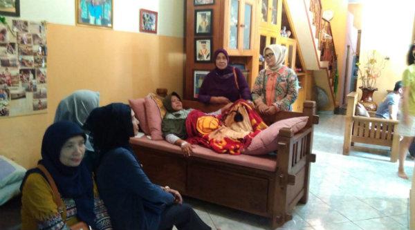 Bhayangkari Ranting Polsek Setu saat membesuk keluarga anggota yang sakit.[IDH]