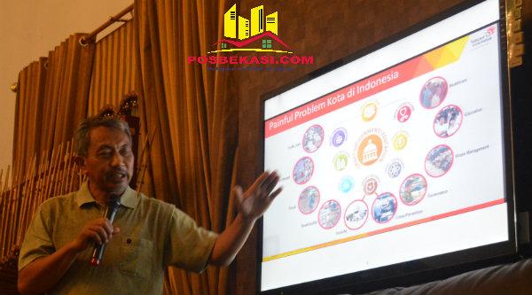 Wakil Walikota Bekasi H Ahmad Syaikhu saat memaparkan program Smart City.[ISH]