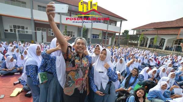 Wakil Walikota Bekasi H Ahmad Syaikhu selfy dengan pelajar SMAN 15 Kota Bekasi.[SUB]