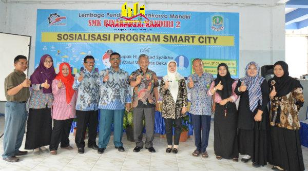 Wakil Walikota Bekasi Ahmad Syaikhu bersama para pendidik SMK Bina Karya Mandiri 2.[ZAI]