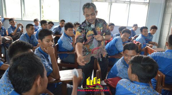 Wakil Walikota Bekasi Ahmad Syaikhu bersama para pelajar SMK Bina Karya Mandiri 2.[ZAI]