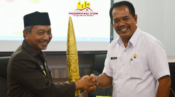 Wakil Walikota Bekasi H Ahmad Syaikhu saat menerima cindera mata dari Wakil Bupati Klungkung Bali I Made Kasta pada kunjungan kerja Pemkab Bali ke Pemko Bekasi, Jumat 28 Oktober 2016.[ISH]