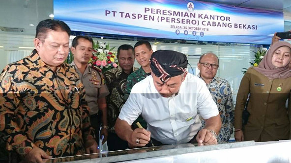 Walikota Bekasi Rahmat Effendi bubuhkan tandatangan pada peresmian kantor cabang PT Taspen, Selasa 25 Oktober 2016.[SUB]
