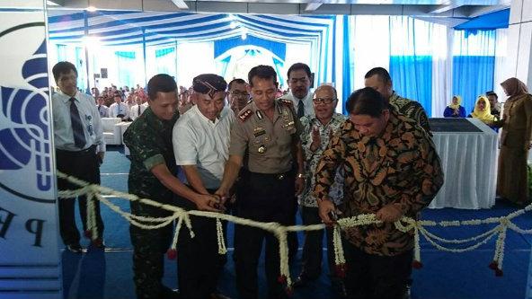 Walikota Bekasi Rahamt Effendi dan – Dirut PT Taspen Iqbal Latanro menggunting pita peresmian operasinal kantor baru PT Taspen, Selasa 25 Oktober 2016.[SUB]
