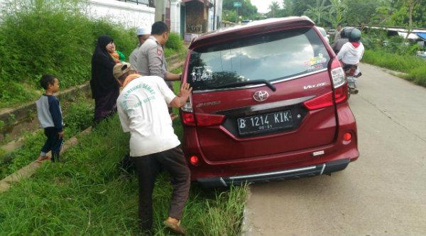 Upaya anggota Polsek Setu berhasil menolong kenderaan yang terperosok keluar badan jalan.[RIN]