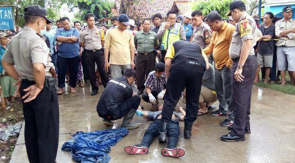 Polisi saat mengevakuasi pemuda yang tewas di Jalan bersimbah darah.[BEN]