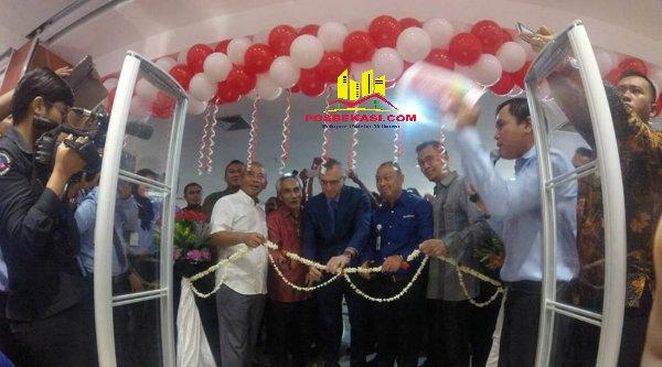 Walikota Bekasi Rahmat Effendi saat meresmikan Transmart-Carrefour Atrium Pondok Gede, Jumat 28 Oktober 2016.[RHY]